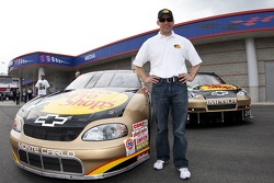 Dale Earnhardt Incorporated en Jamie McMurray presenteren hun Dale Sr. Gold auto