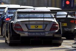File bij uitgang pits: Bruno Spengler, Team HWA AMG Mercedes C-Klasse