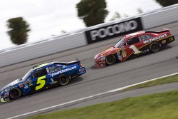 Mark Martin, Hendrick Motorsports Chevrolet and Jamie McMurray, Earnhardt Ganassi Racing Chevrolet