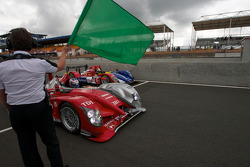 Koersdirecteur Daniel Poissenot zwaait de groene vlag: #8 Audi Sport Team Joest Audi R15: Andre Lotterer, Marcel Fássler, Benoit Treluyer