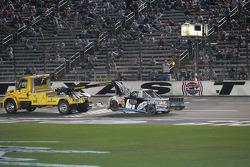 La Chevrolet endommagée de Joe Aramendia est possée hors de la ligne droite au Texas Motor Speedway