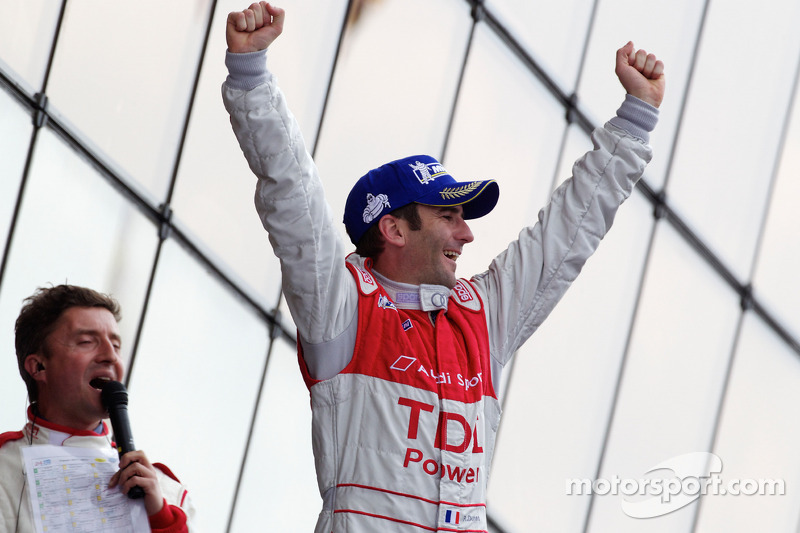 Race winnaar Romain Dumas op het podium