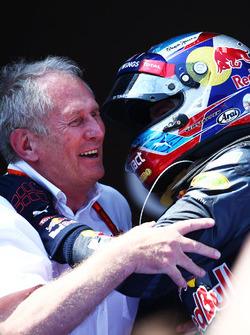 1. Max Verstappen, Red Bull Racing, feiert mit Helmut Marko im Parc Fermé