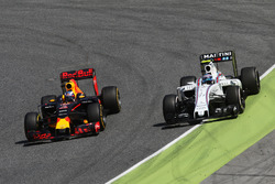 Даниэль Риккардо, Red Bull Racing RB12 обгоняет Валттери Боттаса, Williams FW38