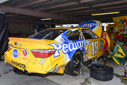 Crew members work di kecelakaan car of Kyle Busch, Joe Gibbs Racing Toyota