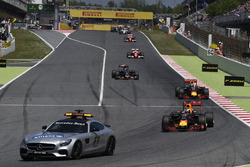 Daniel Ricciardo, Red Bull Racing RB12 memimpin behind FIA Safety Car