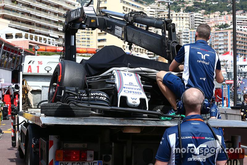 Der Williams von Felipe Massa wird auf einem Lkw in die Box zurückgebracht