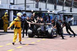 Льюис Хэмилтон, Mercedes AMG F1 W07 Hybrid толкают по пит-лейну