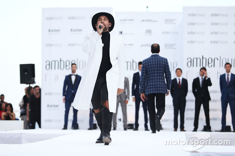 Parson James, cantante en el Amber Lounge Fashion Show
