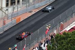 Lewis Hamilton, Mercedes AMG F1 W07 Hybrid lídera a Daniel Ricciardo, Red Bull Racing RB12