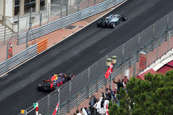 Льюис Хэмилтон, Mercedes AMG F1 W07 Hybrid едет впереди Даниэля Риккардо, Red Bull Racing RB12