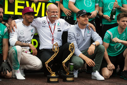 Race winner Lewis Hamilton, Mercedes AMG F1 celebrates with Dr. Dieter Zetsche, Daimler AG CEO, team mate Nico Rosberg, Mercedes AMG F1, and the team