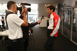 Марк Уэббер, Porsche Team говорит с Motorsport.com
