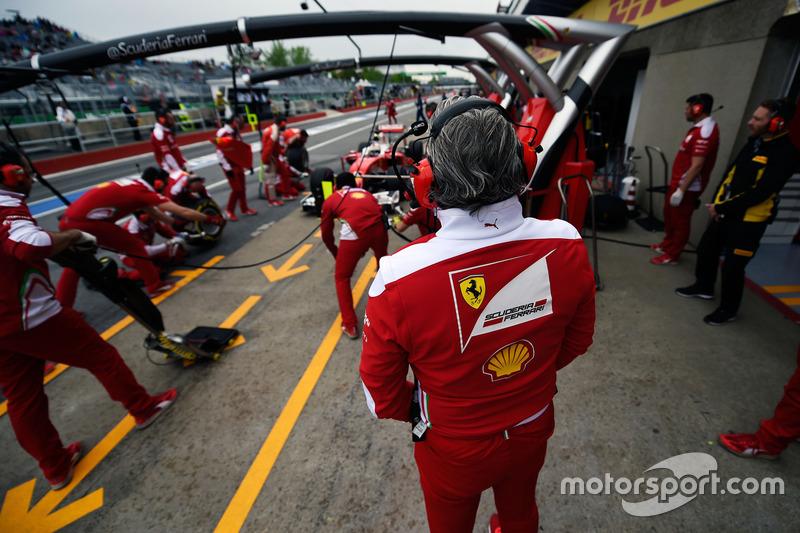 Maurizio Arrivabene, Team Principal Ferrari guarda Sebastian Vettel, Ferrari SF16-H in pitlane