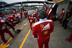 Maurizio Arrivabene, Team Principal Ferrari observe Sebastian Vettel, Ferrari SF16-H dans les stands