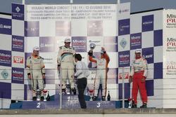 Podio TCS, Gara 1: il secondo classificato Kevin Giacon, Tecnodom, il vincitore Massimo Arduini, 2T Course & Reglage, il terzo classificato Andrea Bassi, Girasole