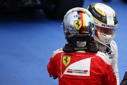 Первое место - Льюис Хэмилтон, Mercedes AMG F1 W07 и второе место - Себастьян Феттель, Scuderia Ferrari SF16-H