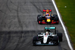 Lewis Hamilton, Mercedes AMG F1 W07 lidera a Max Verstappen, Red Bull Racing RB12