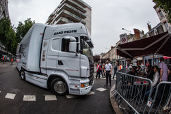 Вантажівка команди Porsche Team прибула на технічну інспекцію