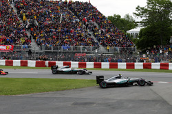 Nico Rosberg, Mercedes AMG F1 W07 Hybrid runs wide at the start of the race