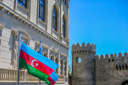 Bandera de Azerbaiyán en la curva 11