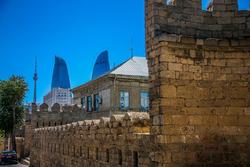 Ciudad vieja de Bakú con las Torres Flame