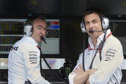 Paddy Lowe, Direttore Esecutivo Mercedes AMG F1, Toto Wolff, Azionista e Direttore Esecutivo Mercedes AMG F1