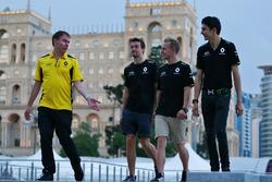 (Зліва направо): Алан Пермане, операційний директор Renault Sport F1 Team з Джоліон Палмер, Renault Sport F1 Team; Кевін Магнуссен, Renault Sport F1 Team; та Естебан Окон, тест-пілот, Renault Sport F1 Team