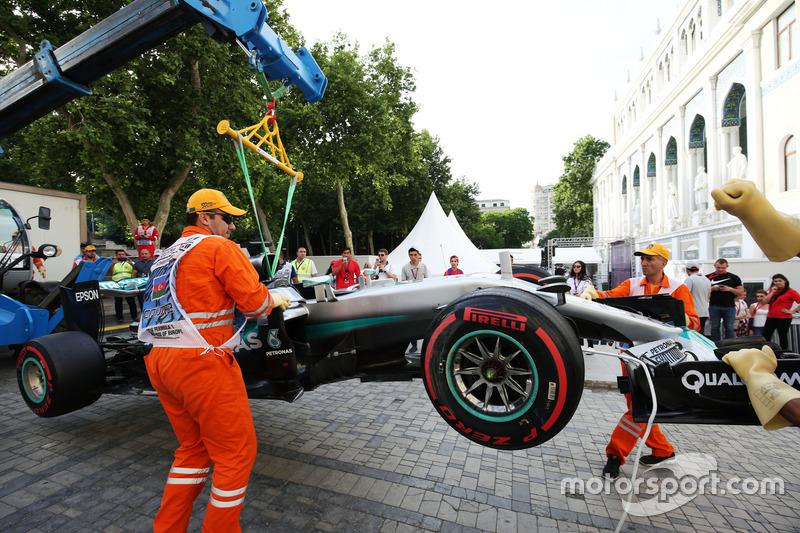 The Mercedes AMG F1 W07 Hybrid Льюїса Хемілтона, Mercedes AMG F1 піднімають краном після аварії в кваліфікації