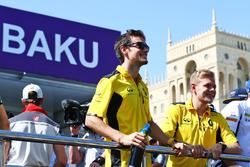 (De g. à d.) : Jolyon Palmer, Renault Sport F1 Team, et son équipier Kevin Magnussen, Renault Sport F1 Team, à la parade des pilotes