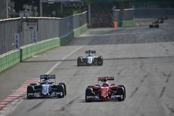 (Da Sx a Dx): Marcus Ericsson, Sauber C35 and Kimi Raikkonen, Ferrari SF16-H lottano per la posizione