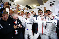 Para pemenang lomba #2 Porsche Team Porsche 919 Hybrid: Romain Dumas, Marc Lieb celebrate