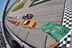 Start: Daniel Suarez, Joe Gibbs Racing Toyota memimpin