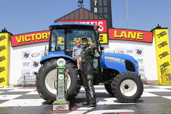 Pemenang lomba Sam Hornish Jr., Joe Gibbs Racing Toyota bersama son Sam Hornish III