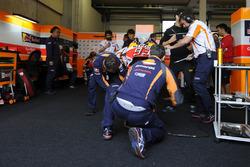 Mecánicos del equipo de Repsol Honda trabajan en la moto de Marc Márquez