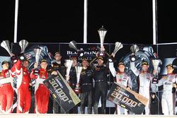 Overall podium: winners #58 Garage 59 McLaren 650S GT3: Rob Bell, Come Ledogar, Shane van Gisbergen, peringkat kedua #50 AF Corse Ferrari 488 GT3: Pasin Lathouras, Michele Rugolo, Alessandro Pier Guidi, peringkat ketiga #3 Belgian Audi Club Team WRT Audi R8 LMS: