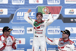 Podium: Sieger Tiago Monteiro, Honda Racing Team JAS, Honda Civic WTCC; 2. Yvan Muller, Citroën World Touring Car Team, Citroën C-Elysée WTCC; 3. Norbert Michelisz, Honda Racing Team JAS, Honda Civic WTCC