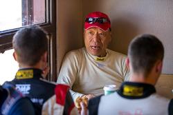 Nobuhiro Tajima (Monster) talking bersama Romain Dumas setelah race