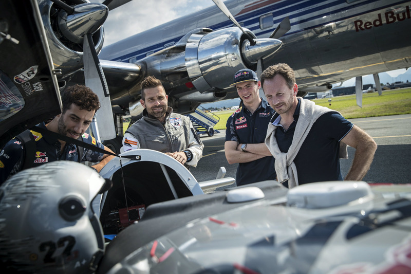 Hannes Arch, Red Bull Air-Race-Pilot, mit Max Verstappen, Red Bull Racing; Daniel Ricciardo, Red Bull Racing; Christian Horner, Red Bull Racing, Teamchef