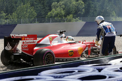 Себастьян Феттель, Ferrari SF16-H розвертає болід під час другої практики