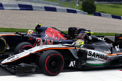 Карлос Сайнс мл., Scuderia Toro Rosso STR11 и Серхио Перес, Sahara Force India F1 VJM09 - борьба за позицию