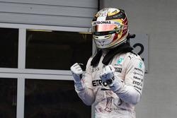 Il vincitore della gara Lewis Hamilton, Mercedes AMG F1 W07 Hybrid festeggia nel parco chiuso
