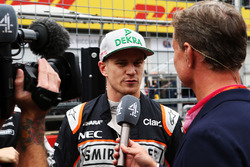 Nico Hulkenberg, Sahara Force India F1 con David Coulthard, Consigliere Red Bull Racing e Scuderia Toro  / Commentatore Channel 4 F1 in griglia