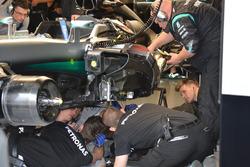 I meccanici Mercedes AMG F1 team lavorano sulla monoposto