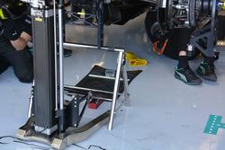 Meccanici al lavoro sulla monoposto di Nico Rosberg, Mercedes AMG F1 W07 Hybrid