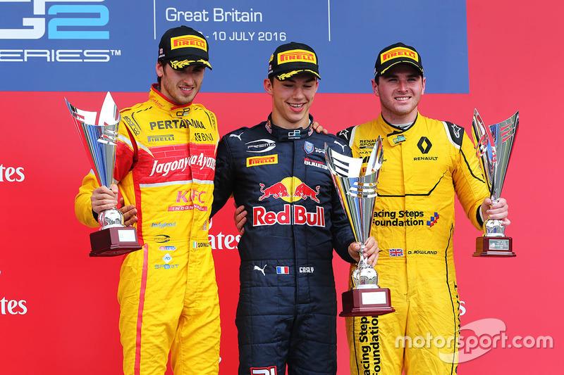 Podio: el vencedor, Pierre Gasly, Prema Racing, segundo, Antonio Giovinazzi, Prema Racing y el tercer lugar, Oliver Rowland, MP Motorsport