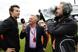 (L to R): Jolyon Palmer, Renault Sport F1 Team with Johnny Herbert, Sky Sports F1 Presenter on the drivers parade