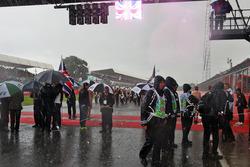 La lluvia cae en la parrilla antes del inicio de la carrera
