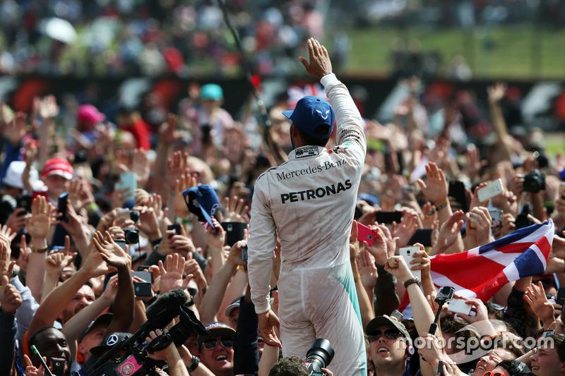 Ganador de la carrera Lewis Hamilton, Mercedes AMG F1 celebra con fans