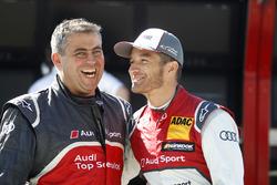 Timo Scheider, Audi Sport Team Phoenix, Audi RS 5, scherzt mit einem Mechaniker